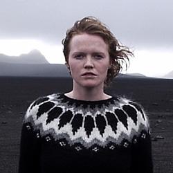 На фото ліва дівчинка з інтернету яка ілюструє традиційний ісландський светр. Вартість: від 2500 ₴